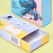 Astucci guaina in cartoncino, adesivi sticker e nastri.